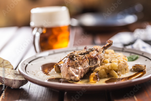 Foto  Iberian cutlet with mashes potatoes decoration and draft beere in pub or restaur