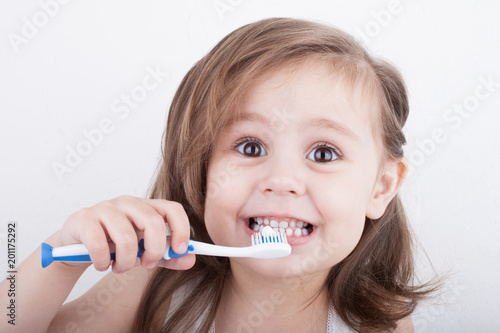 Cute little girl brushing her teeth - 201175292