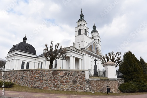 Slika na platnu Sokółka kościół katolicki widok z boku za murem