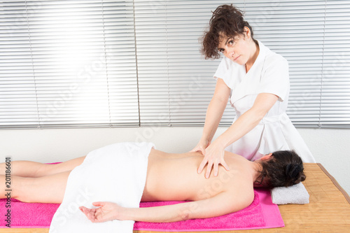 Photo  young fit woman receiving back massage in spa center Female patient is receiving