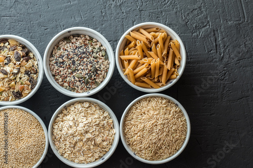 Fotografía  Bowls with whole grain carbohydrates, oats, brown rice, seeds, quinoa and whole grain pasta