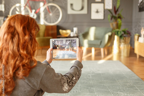 Obraz Girl taking a photo - fototapety do salonu