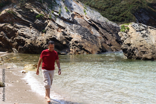 Aluminium Prints Cathedral Cove Hombre paseando descalzo por la playa