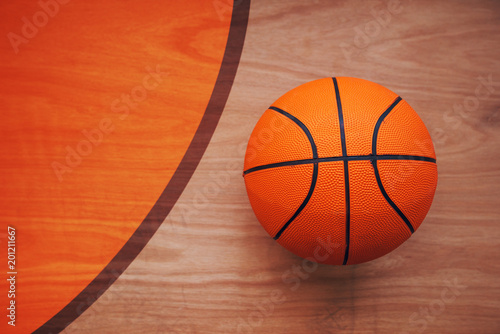 In de dag Bol Basketball ball on court floor