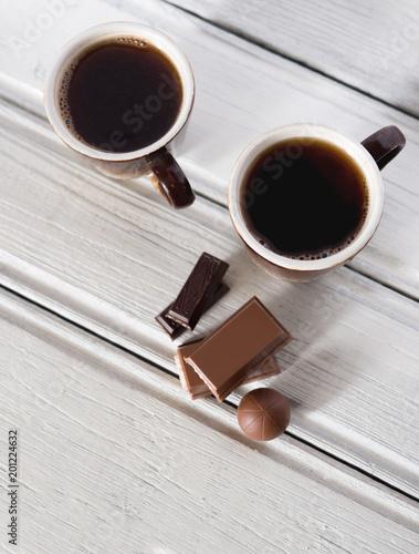 dwa-kubki-goracej-czarnej-aromatycznej-kawy-i-przekaske