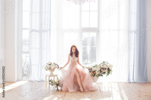 Fotomural  Young attractive woman wearing beautiful dress