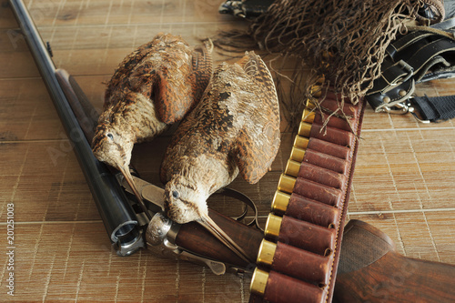 Obraz na plátne Hunting trophies and equipment lie он wooden board