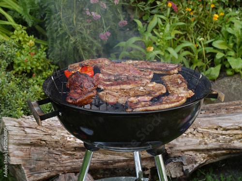 Deurstickers Grill / Barbecue Grillen im Garten