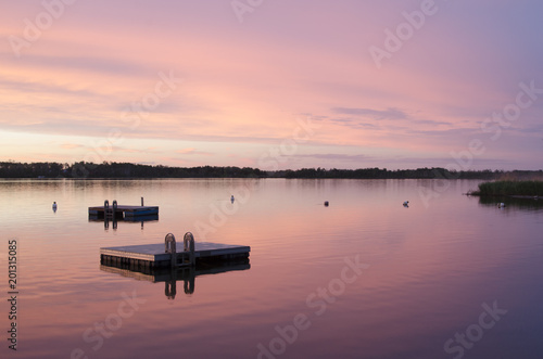 Poster Rose clair / pale Floating docks on Struthers Lake with a beautiful sunset