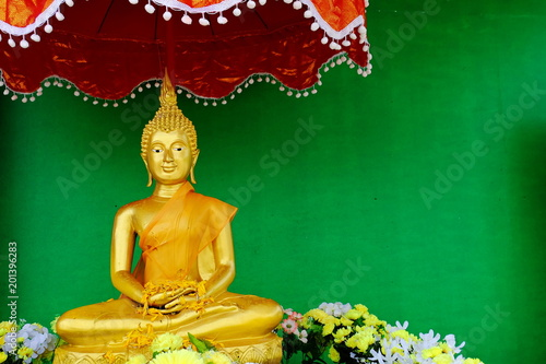 Foto op Plexiglas Boeddha Buddha image of gold. With green background