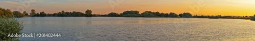Vista panorámica de Paisaje con Laguna al Atardecer