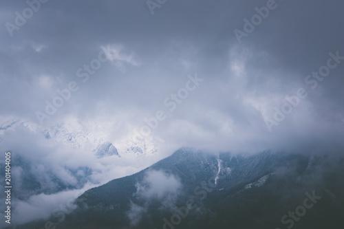 gory-w-alpach-z-chmurami-i-sniegiem