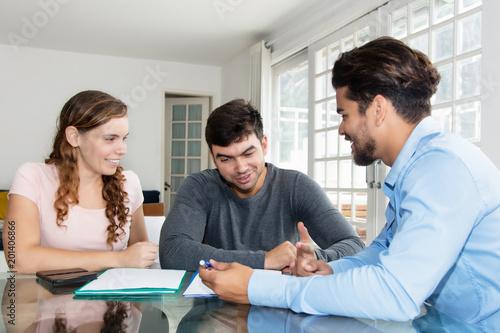 Fotografía  Junges Paar spricht mit Finanzberater