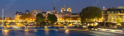 Papiers peints Paris The night view of Seine river during the night with some famous touristic bridges like Pont des Arts and Pont Neuf, Paris, France.