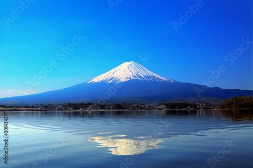 Fototapeta 青空バックの富士山と河口湖に写る逆さ富士