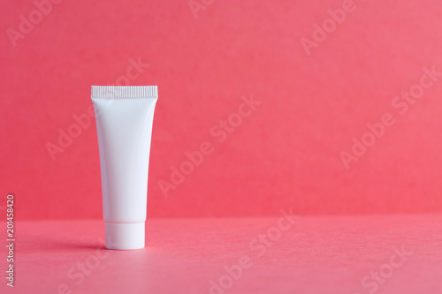 Fotografía White cosmetic tube pack on pink background