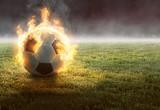 Fototapeta sport - Brennender Fußball auf Rasenfläche