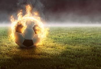 Fototapeta Brennender Fußball auf Rasenfläche