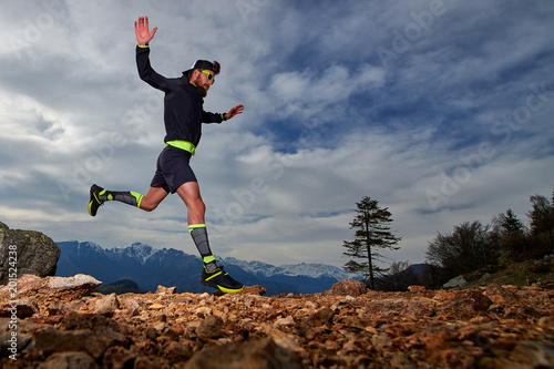 Fotografía  Athletic preparation of a man for trail running competitions in the mountains