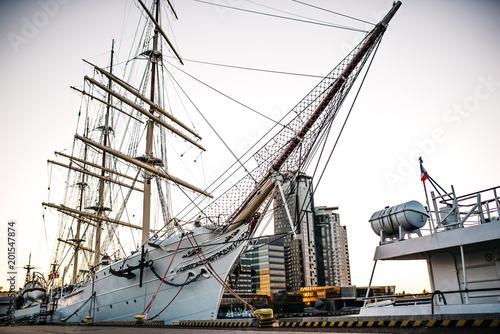 stary żaglowiec, fregata na kotwicy w porcie