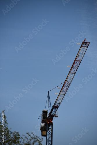 Photo  gru vista dal basso nel cantiere edile