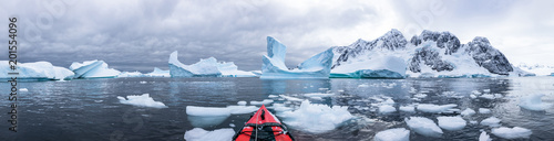 Photo Panoramic view of kayaking in the Iceberg Graveyard in Antarctica