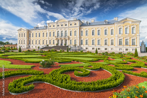 Fotomural  Rundale palace, former summer residence of Latvian nobility with a beautiful gardens around