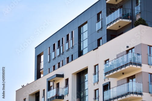 Cuadros en Lienzo Contemporary residential building exterior in the daylight