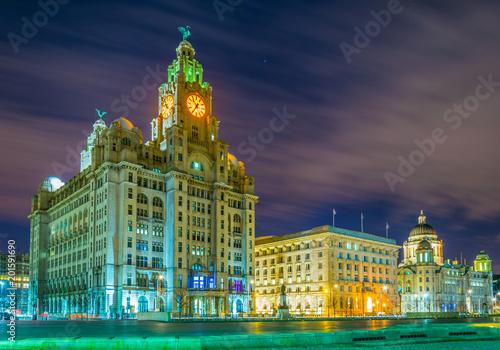 Fotografía  Night view of the Three Graces buildings in Liverpool, England