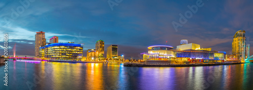Photo View of the Lowry theater in Manchester during sunset, England
