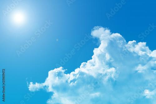 Fotografía  日差しが強い夏の青空と透ける白い入道雲