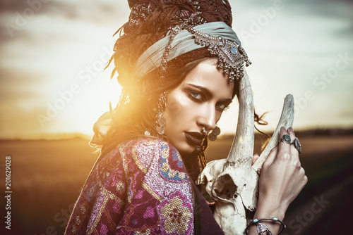Photo sur Aluminium Gypsy gypsy woman at sunset