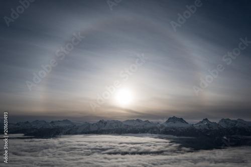 Fotografie, Obraz  A Halo around the sun over top of Revelstoke mountain
