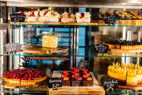 Fotografía Pastry shop glass display