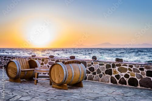 Photo Beautiful sunset sunrise moody coast view to the warm colored aegean blue sea wi