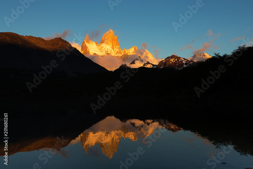 Fotografía Alpenglow morning light of Mount Fitz Roy and its reflection on Laguna Capri, mountain in Patagonia, on border between Argentina and Chile