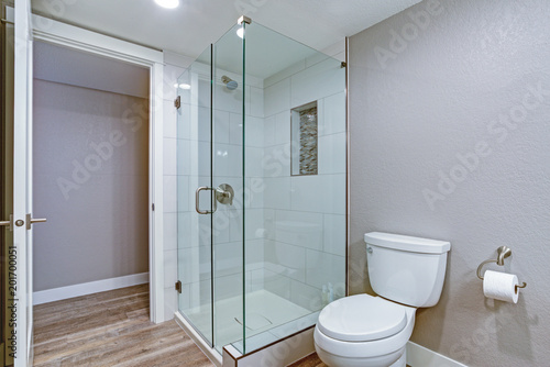 Fotografía  Elegant bathroom with hardwood floor.