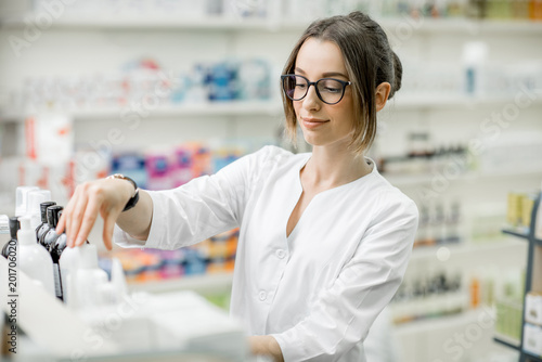 Poster Pharmacie Pharmacist working in the pharmacy store
