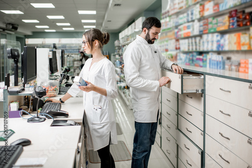 Poster Pharmacie Pharmacists working in the pharmacy store