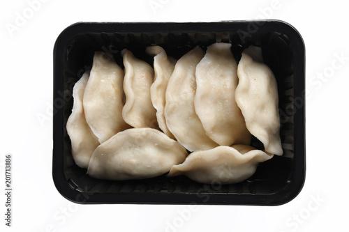 Pierogi. Gotowe danie zapakowane w pudełku na biały tle