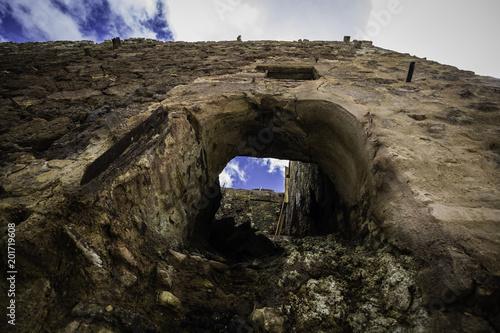 Fotografia Edificio en ruinas visto desde abajo
