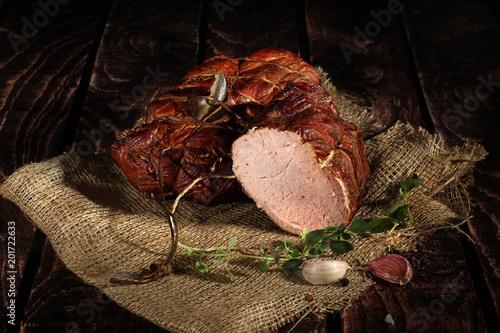 Polędwica wędzona dymem olchowym.  Tradycyjnie wędzone wędliny w kompozycja na lnianym obrusie z ziołami