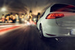 schnelles Auto fährt auf Stadt zu