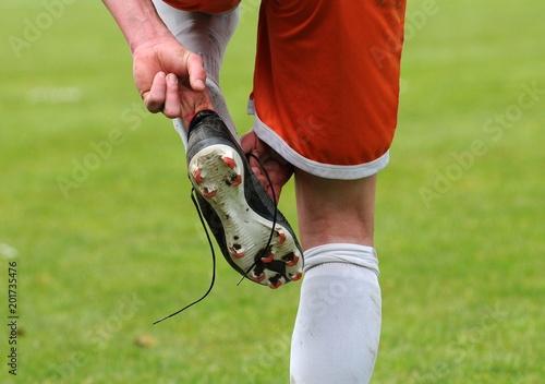 Photo le footballeur ajuste sa chaussure