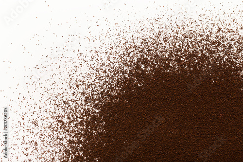 Fotografía  Ground coffee pile isolated on white background