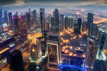 Luftaufnahme Der Beleuchteten Hochhäuser Im Zentrum Von Doha, Katar, Am Abend