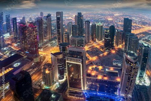 Fototapeta  Luftaufnahme der beleuchteten Hochhäuser im Zentrum von Doha, Katar, am Abend