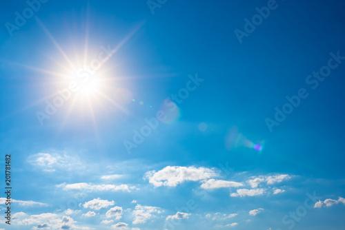 Plakat Lata tło, niebieskie niebo z białymi chmurami i słońcem