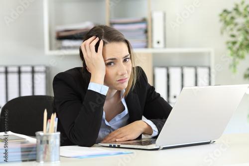 Foto Worried office worker looking at camera