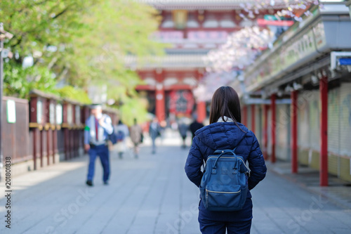 La pose en embrasure Lieu connus d Asie Young Woman traveling backpacker, Asian traveler standing at Sensoji or Asakusa Kannon Temple. landmark and popular for tourist attractions. travel concept